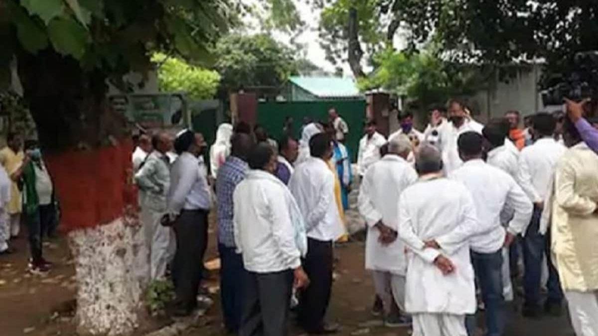 लालू-राबड़ी आवास पर हंगामा टिकट की मांग कर रहे RJD कार्यकर्ताओं पर बत्ती बुझाकर लाठीचार्ज