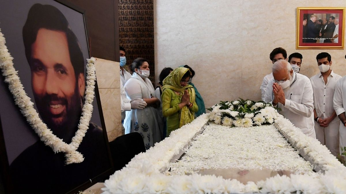 स्मृतिशेष श्रद्धांजलि देने आये PM को देखकर रो पड़े चिराग, तो पीएम मोदी ने चुप होने तक बंधाया ढाढस…